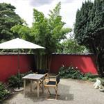Mur de la terrasse peint en rouge