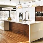 Cuisine contemporaine aux meubles blancs ou bois foncé