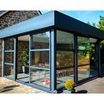 Extension moderne en verre avec un toit plat