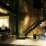 Salle de musique et montée escalier or