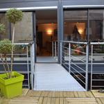 Passerelle métallique entre terrasse et séjour