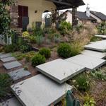 Jardin avec chemin en dalles minérales