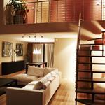 Salon double hauteur avec vue sur le couloir donnant sur les chambres