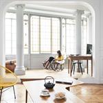 Salon moderne ouvert sur le bureau