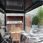 Pergola bioclimatique et cuisine d'été agrémentent cette terrasse