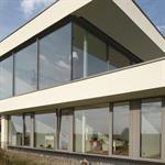 Maison contemporaine sur 2 étages avec grandes baies vitrées