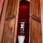WC dans placard mélangeant traditionnel et contemporain
