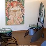 Cette chaise design en verre et métal de style Art Nouveau