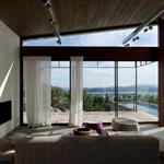 Salon avec vue sur la piscine et sur le mer