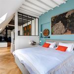 Grande pièce à vivre en soupente avec chambre semi-ouverte