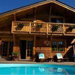 Maison de style chalet avec piscine et terrasse