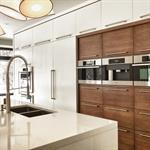 Cuisine contemporaine avec panneaux de bois et panneaux laqués blancs