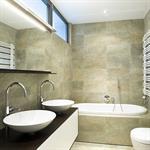 Salle de bain tendance chic avec carrelage aux murs