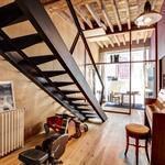 Mélange métal et bois avec cet escalier en acier et ces poutres