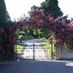 Une entrée couronnée de fleurs