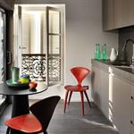 Cuisine couleur taupe chaise rouge