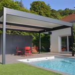 Grande terrasse couverte pour se protéger du soleil devant la piscine