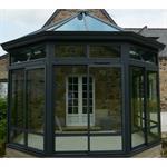 Véranda classique grise avec une toiture en verre