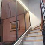 Un escalier tout en courbes avec sa vitre atelier rétroéclairée