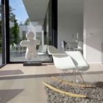 Aménagement moderne en blanc avec grande baie vitrée