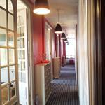 Entrée et couloir dans un vieil appartement haussmannien avec rangements sur mesures