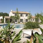 Cette maison provençale aux tons clairs offre un bel espace piscine
