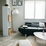 Salon moderne aux couleurs et matériaux naturels
